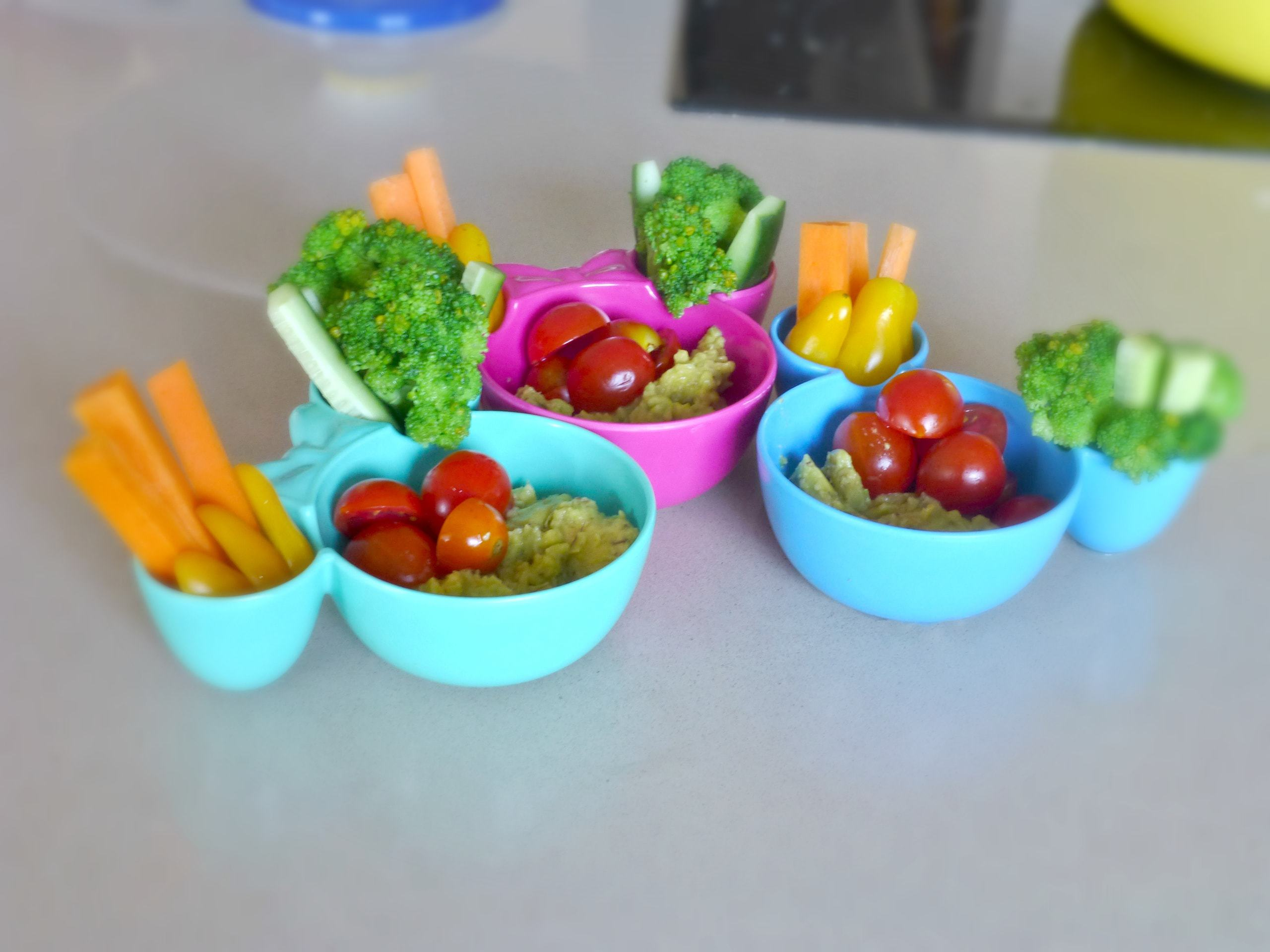 ילדים אוכלים ירקות צבעוניים בכיף