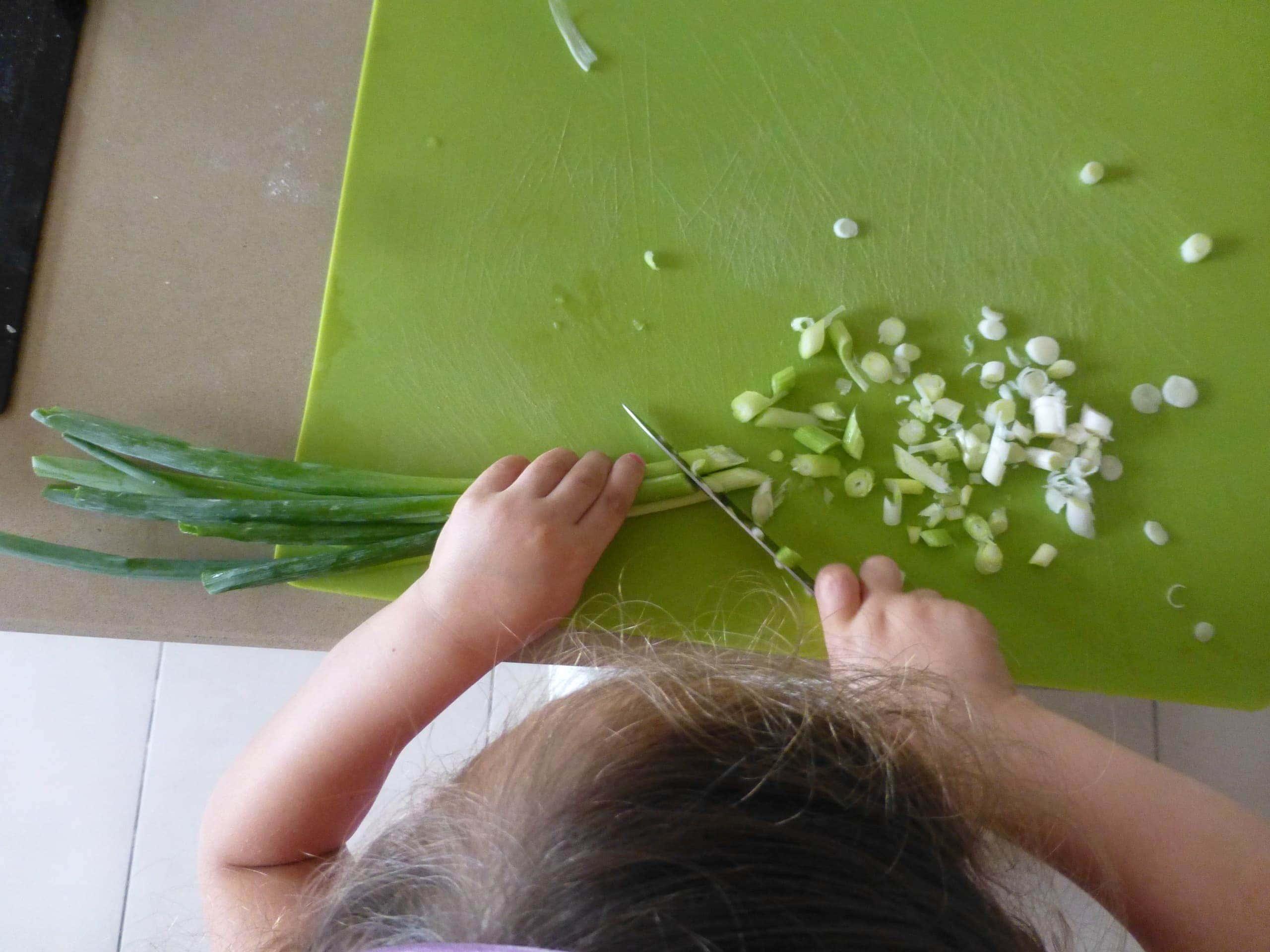 לומדת לחתוך בצל ירוק לבד