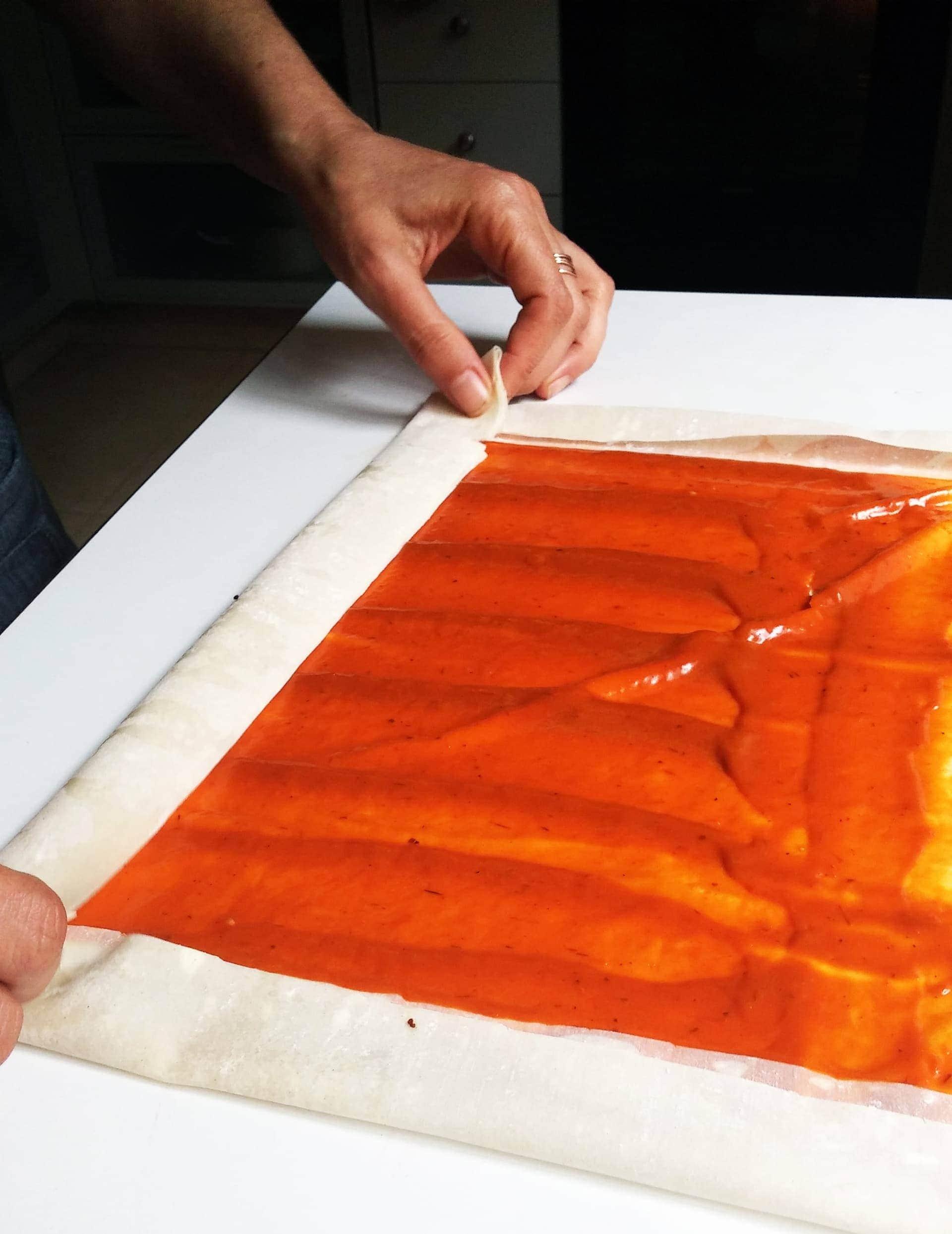מקפלים פנימה, מגלגלים לרולדה וחותכים לגודל דומה לשל הפילו במילוי עגבניות מיובשות.