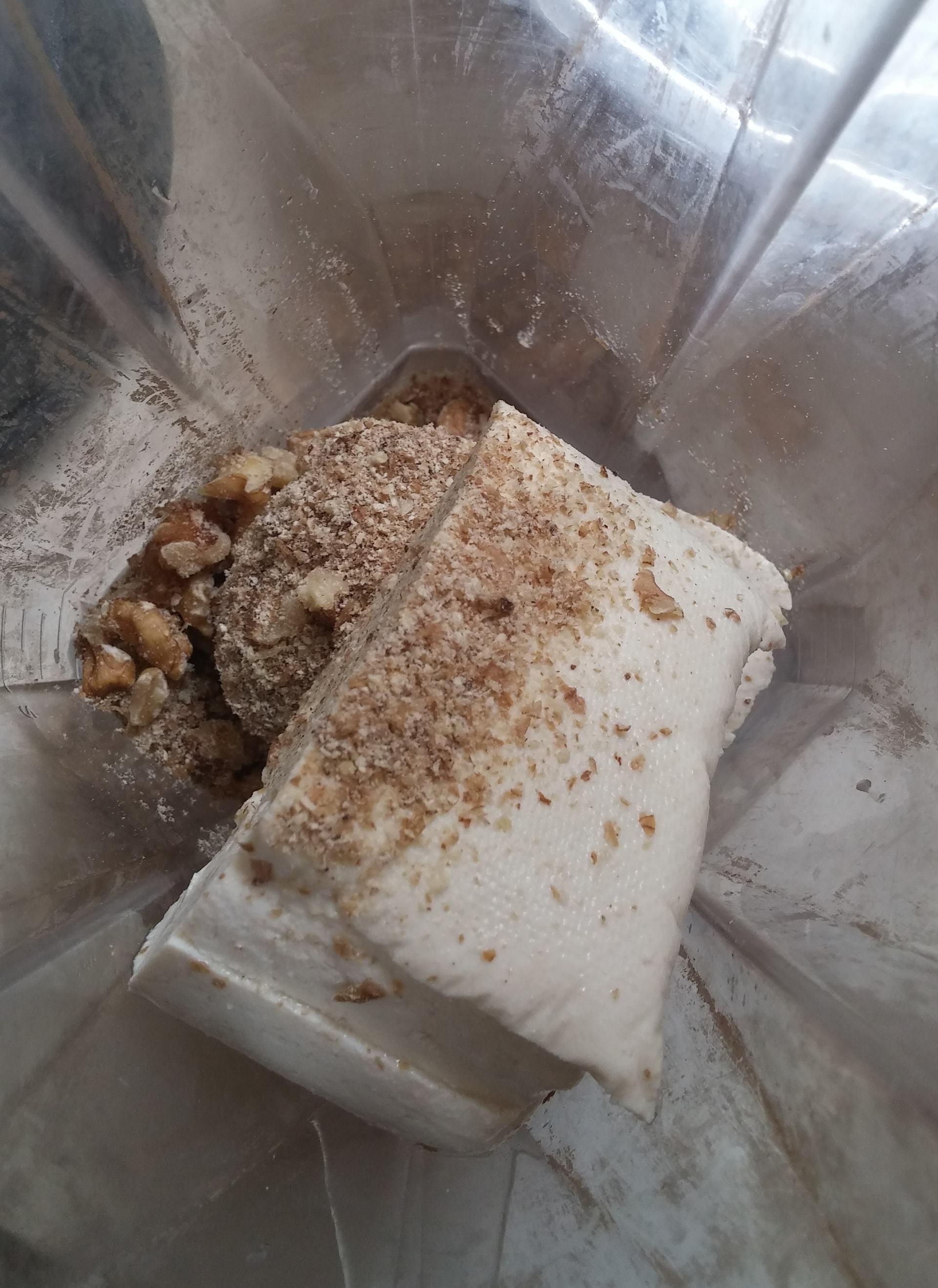 טוחנים הכל בבלנדר ומוסיפים את הלימון ושמן זית לפי הצורך עד לקבלת מרקם של קרם פרש