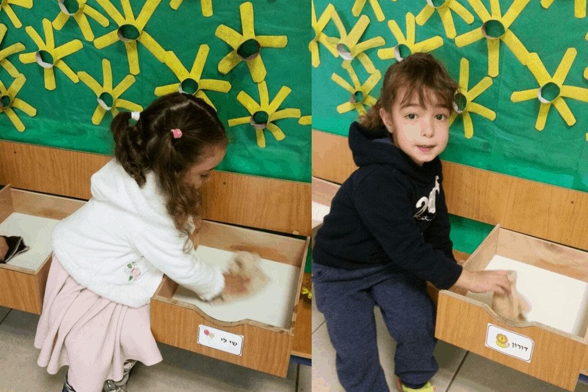 מגירות בגן הילדים - כיתוב של שם על המגירה כדי ללמוד לזהות מילים