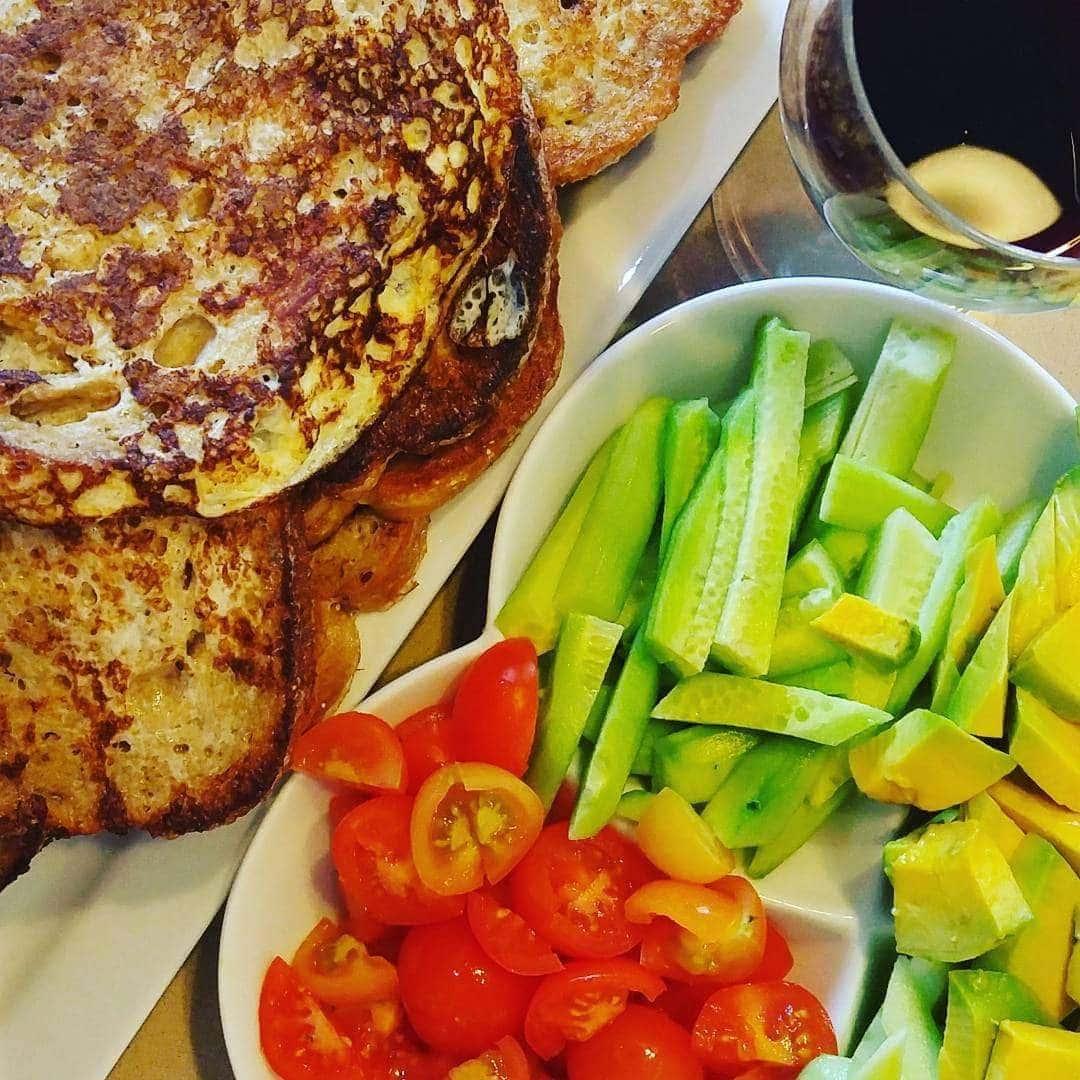אפשרות 2. לחם מלא מטוגן בביצה, עם מלפפון עגבניה ואבוקדו (וכוס יין לאמא..)