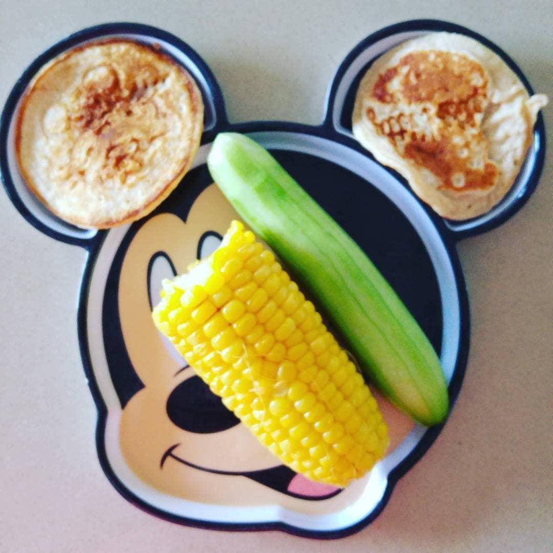אפשרות 1. פנקייק גבינה, מלפפון קלוף וקלח תירס