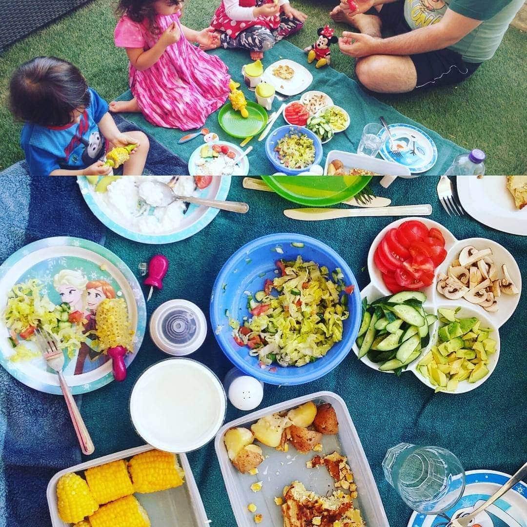 """אפשרות 3. ארוחת פיקניק ב""""גינה"""" (מרפסת ששמנו בה דשא), ירקות חתוכים, סלט ירקות, קלחי תירס, פריטטת שאריות (שאריות פסטה עם קוביות בטטה, בצל ותבלינים)"""