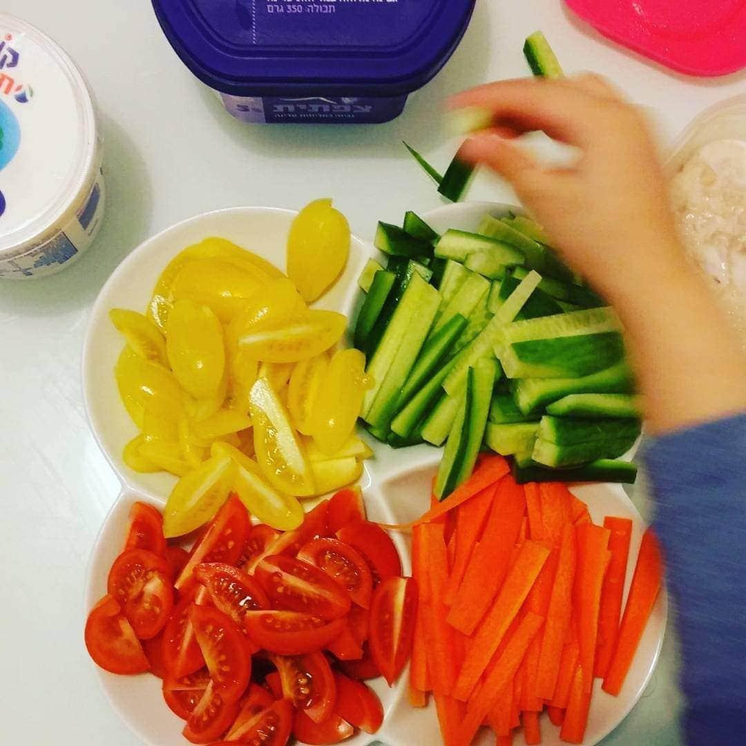 אפשרות 5. ירקות צבעוניים (מלפפון, גזר, שרי צהוב ואדום), גבינות וחביתה (כל אחד לפי אהבותיו)