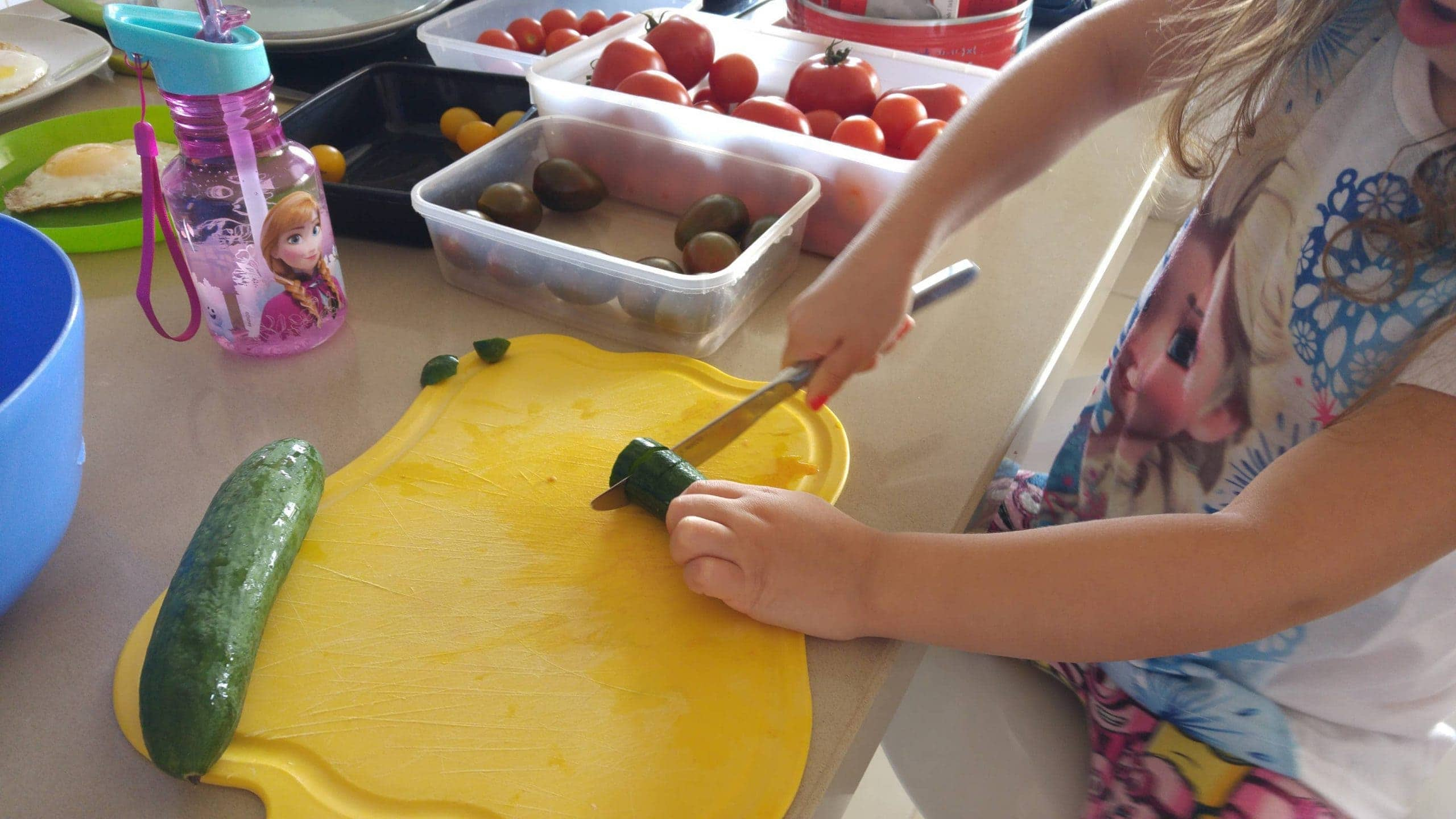לימדתי את הבנות איך לחתוך מלפפונים ועגבניות והן הכינו לבד סלט