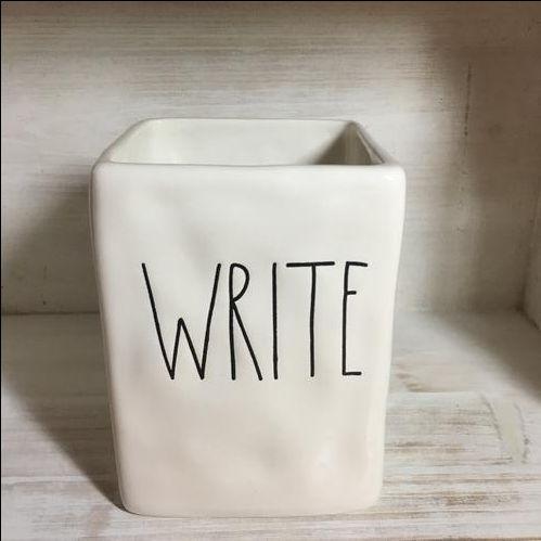 כוס חדשה לעטים בשולחן עבודה, עם המילה write - תמונה מכאן