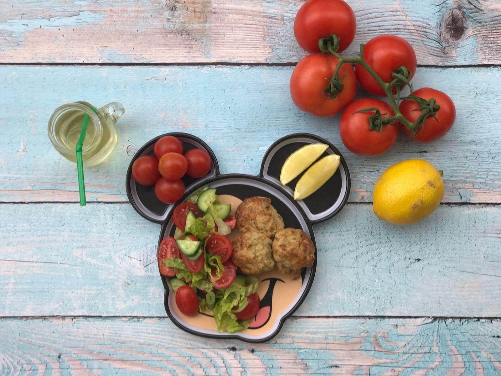 מיני-קציצות עוף ופטריות לקטנטנים לצד סלט ירקות קצוץ גס עם שמן זית ולימון | צילום: דביר גולן