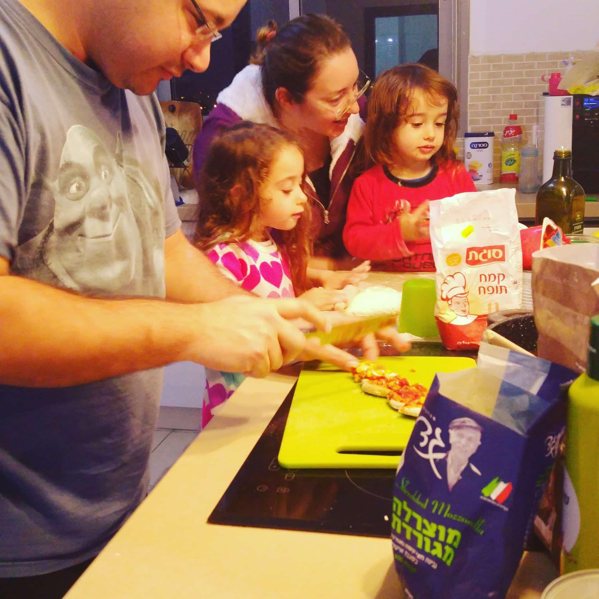מבשלים יחד פיצות ביתיות