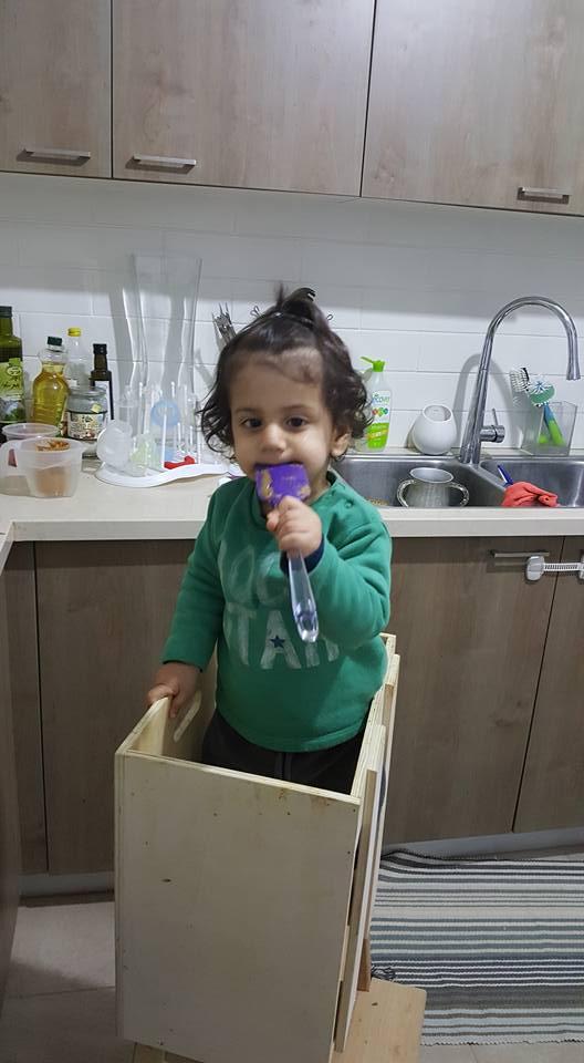 בן שנה וחודשיים - עומד ועוזר לאבא לרחוץ כלים | צילום: שירן גורש דהן