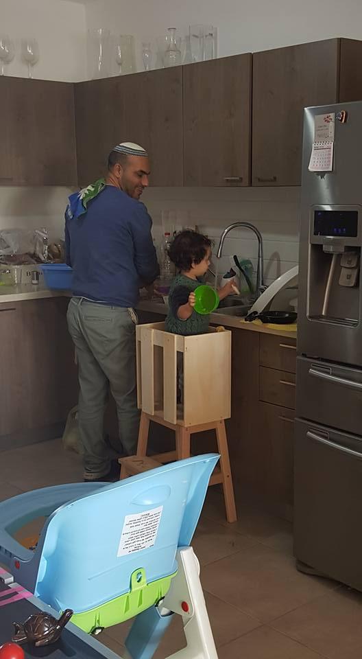 בן שנה - צור בן פחות משנה עומד ועוזר לאבא לרחוץ כלים | צילום: שירן גורש דהן