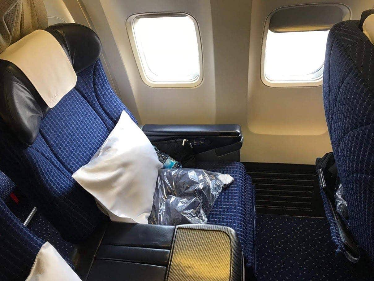כן, הכיסא של המטוס לא הולך להישאר כזה מסודר ויפה, לא משנה כמה ננסה