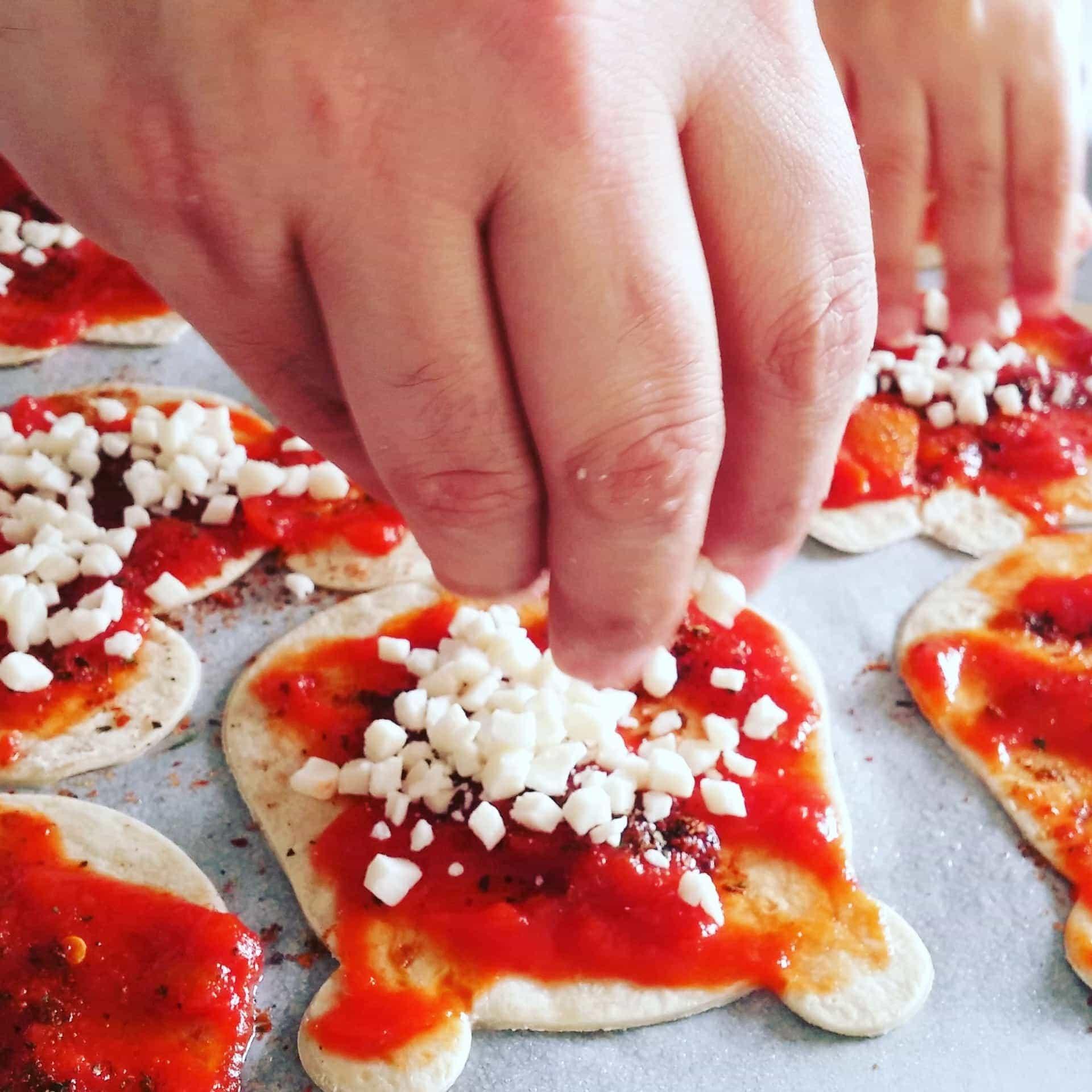 מתכון מיני-פיצה על טורטיה - מכינים עם הילדים