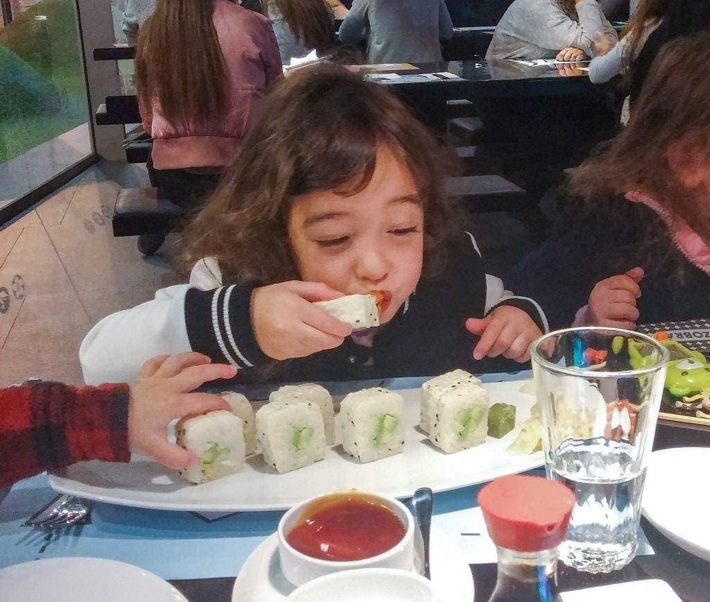 ילדים אוכלים סושי במסעדה