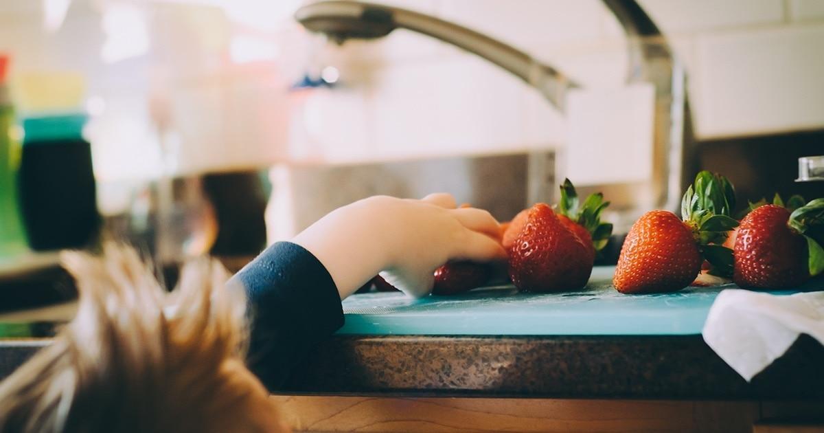 איך ללמד ולשלב ילדים במטבח - 5 משחקים שדרכם הילדים ילמדו מיומנויות מטבח