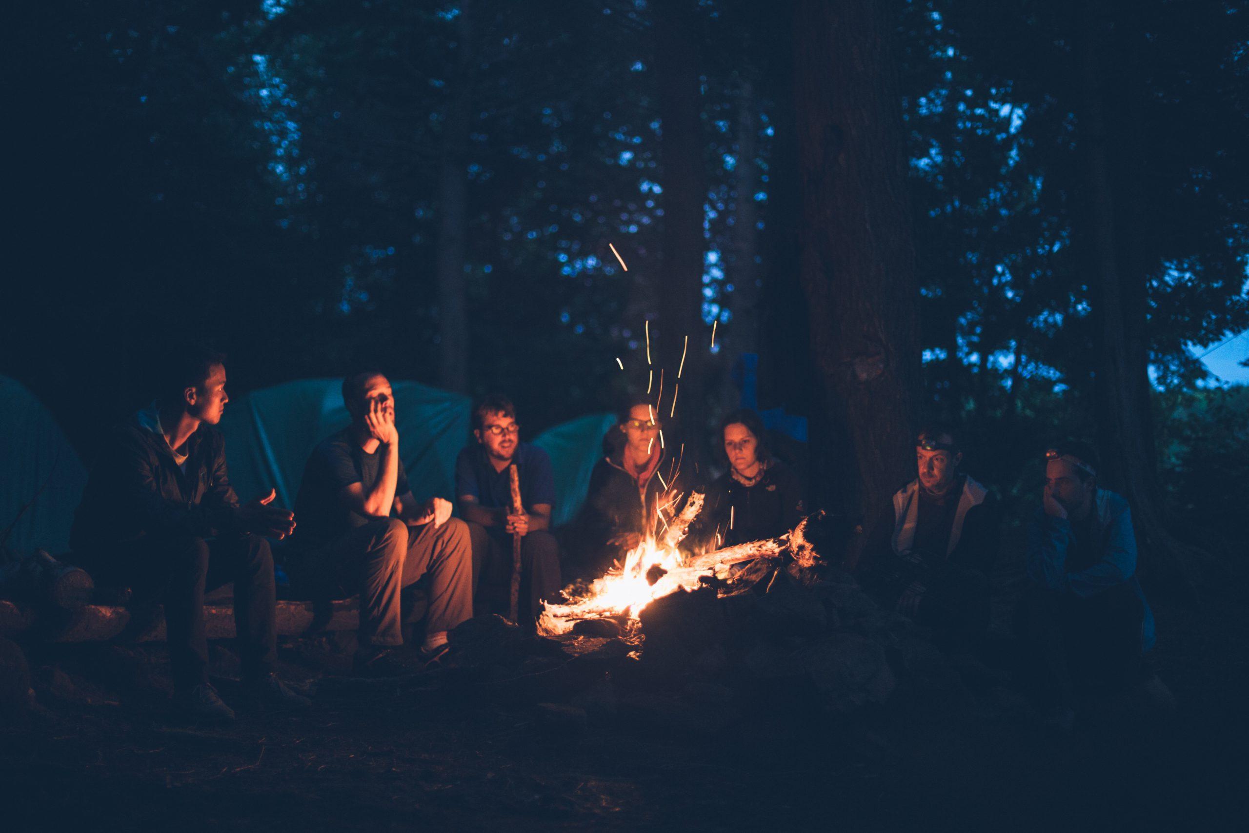 מדורת השבט הוירטואלית - קבוצות פייסבוק | Photo by Mike Erskine on Unsplash