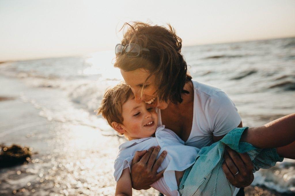 התחומים שחשוב שיהיו כדי לתחזק בטחון אצל ילדים הם: אהבה, בטחון ואמונה | Photo by Xavier Mouton Photographie on Unsplash