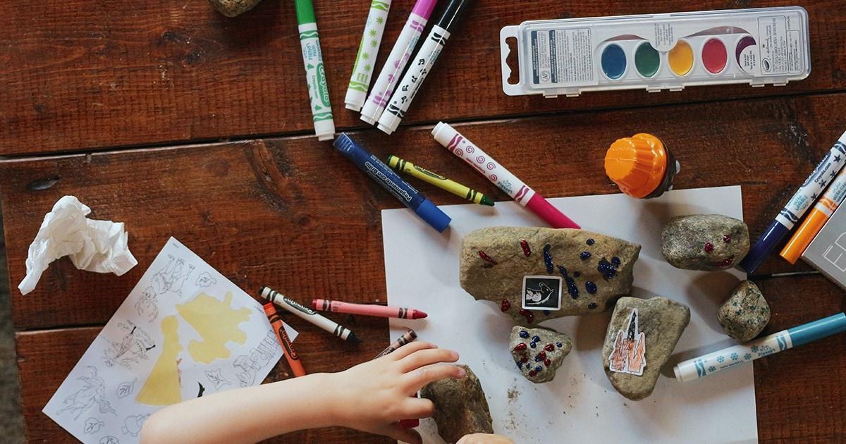 """איך ללמד ילדים על אמנות ע""""י הגשת חומרים"""