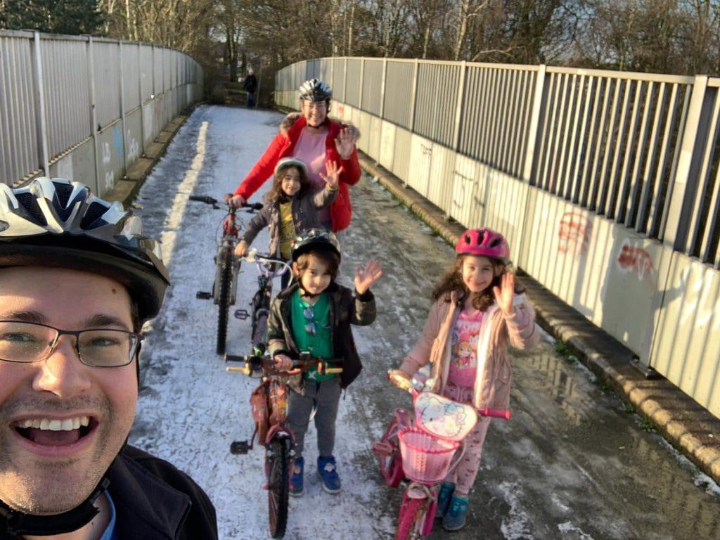 טיול אופניים משפחתי בשכונה | צילום: דביר גולן