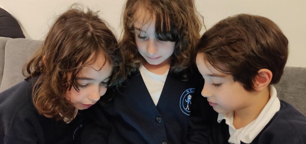 הילדים במדי בית ספר - כמה אנגלי מצידם | צילום: שרון גולן