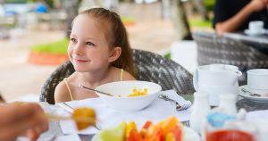 ילדה אוכלת במסעדה | צילום: אילוסטרציה