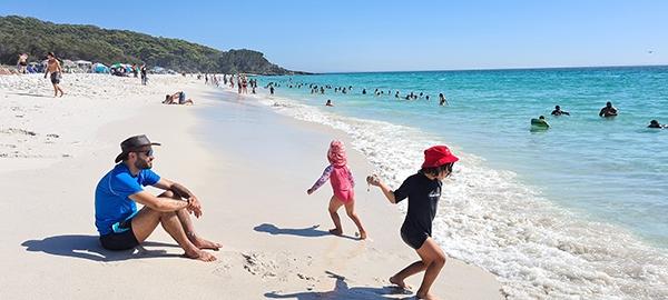 מבלים בחוף הים | צילום: אנה בן שבת