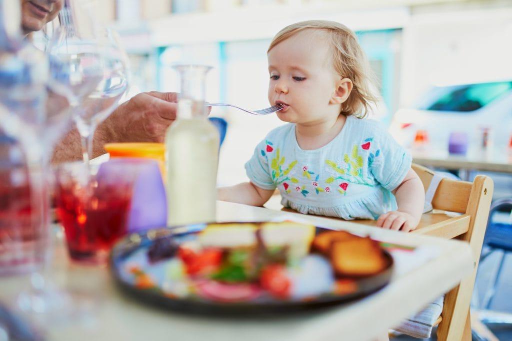 פעוטה אוכלת במסעדה   צילום: אילוסטרציה