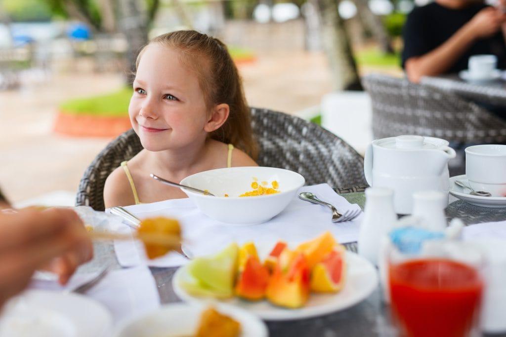 ילדה אוכלת ארוחת בוקר   צילום: אילוסטרציה